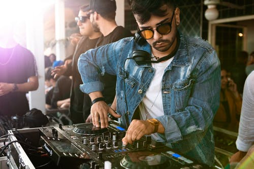 Waarom zou je een DJ inhuren voor je feest?