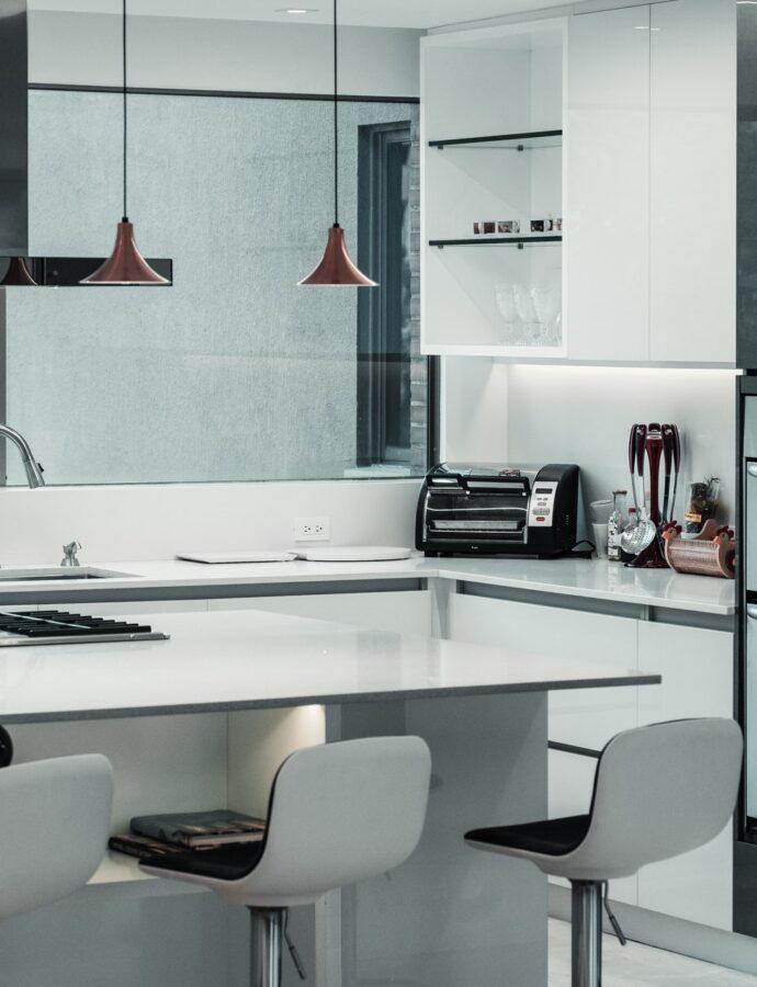 Een moderne keuken combineert een strakke vormgeving met een luxueuze uitstraling